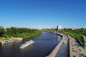 Tyumen, Rusko - 15. července 2018: Motorová loď Tyumen na řece Tura s výhledem na město.
