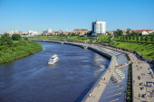 Tyumen, Rusko - 15. července 2018: Nábřeží řeky Tura s výhledem na město.