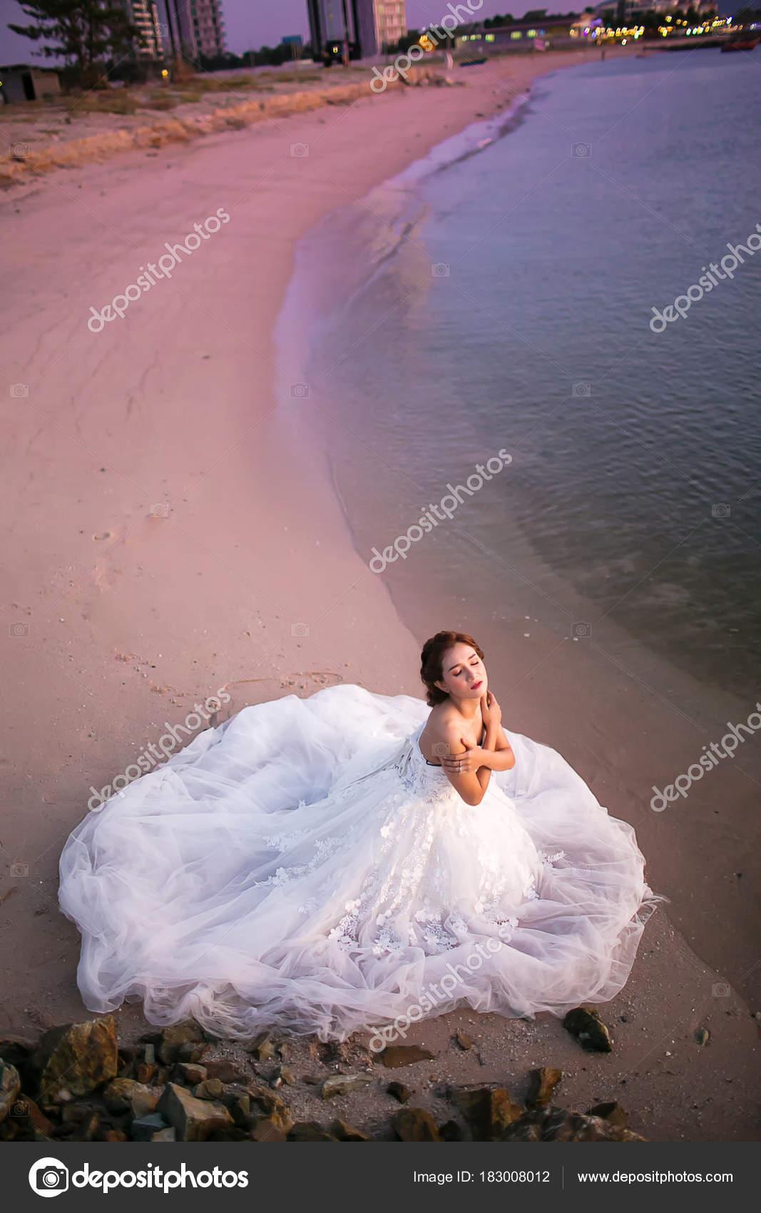 Novia Joven Atractivo Usar Vestido Novia Velo Blanco Estar Sola ...