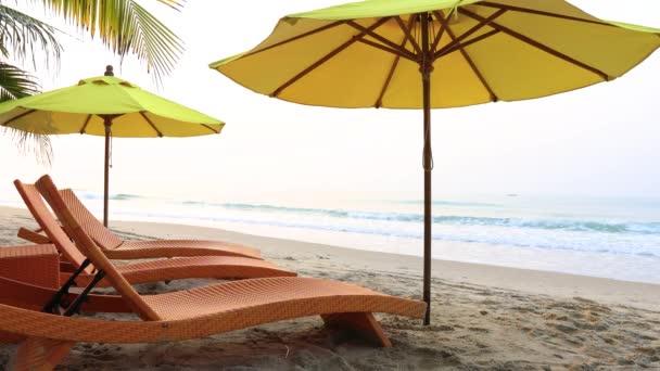Plážové křeslo pod velkým deštníkem bylo na pláži. Krásná pláž. Židle na písečné pláži u moře. Letní dovolená a dovolená koncept pro cestovní ruch. Inspirační tropická krajina.