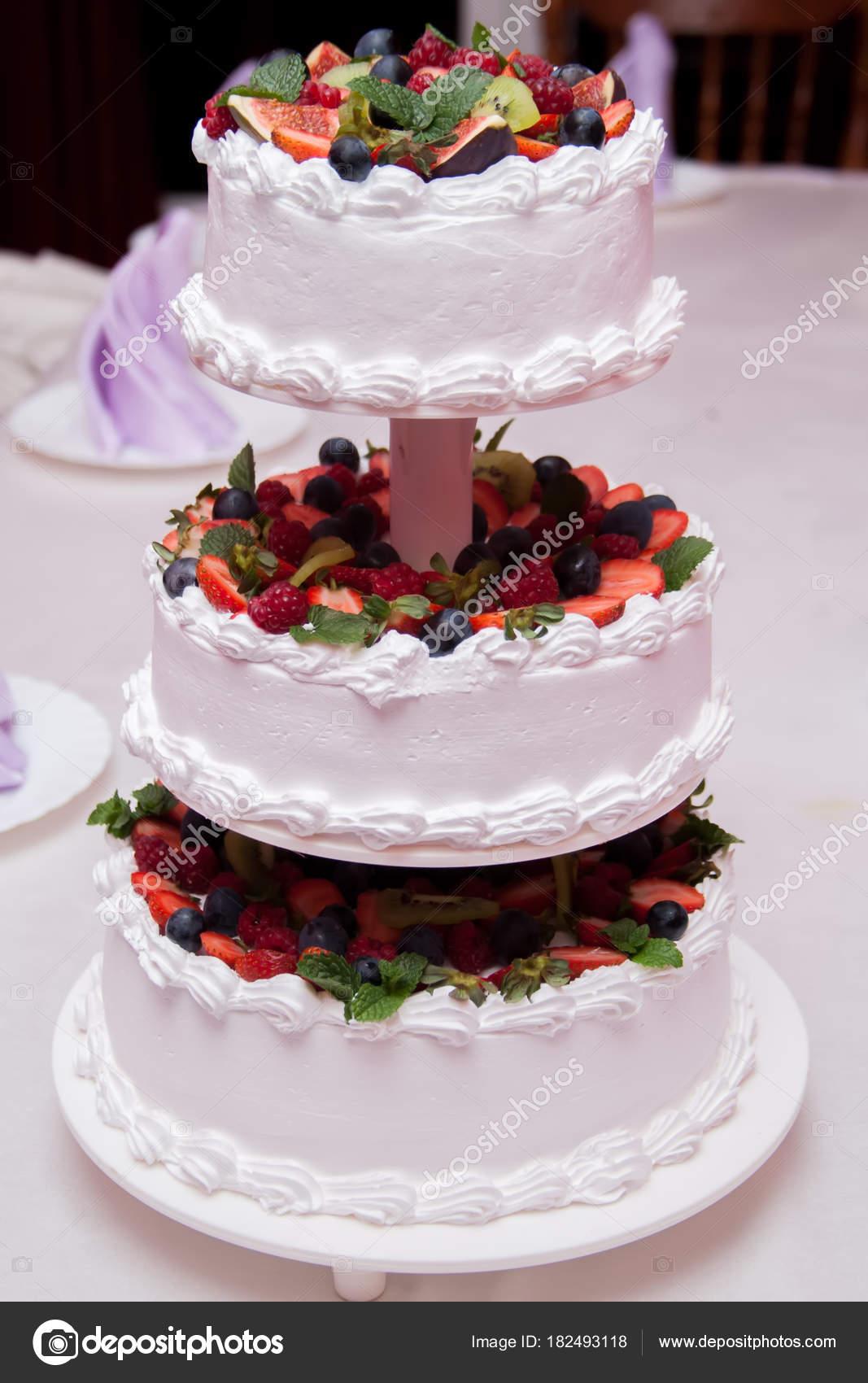 Torta nuziale decorata con fiori e bacche \u2014 Foto Stock
