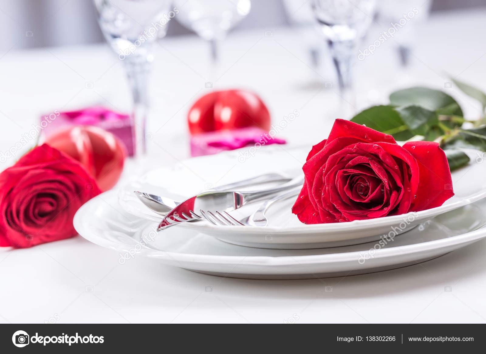 Tischdekoration Zum Valentinstag Oder Hochzeitstag Mit Roten Rosen