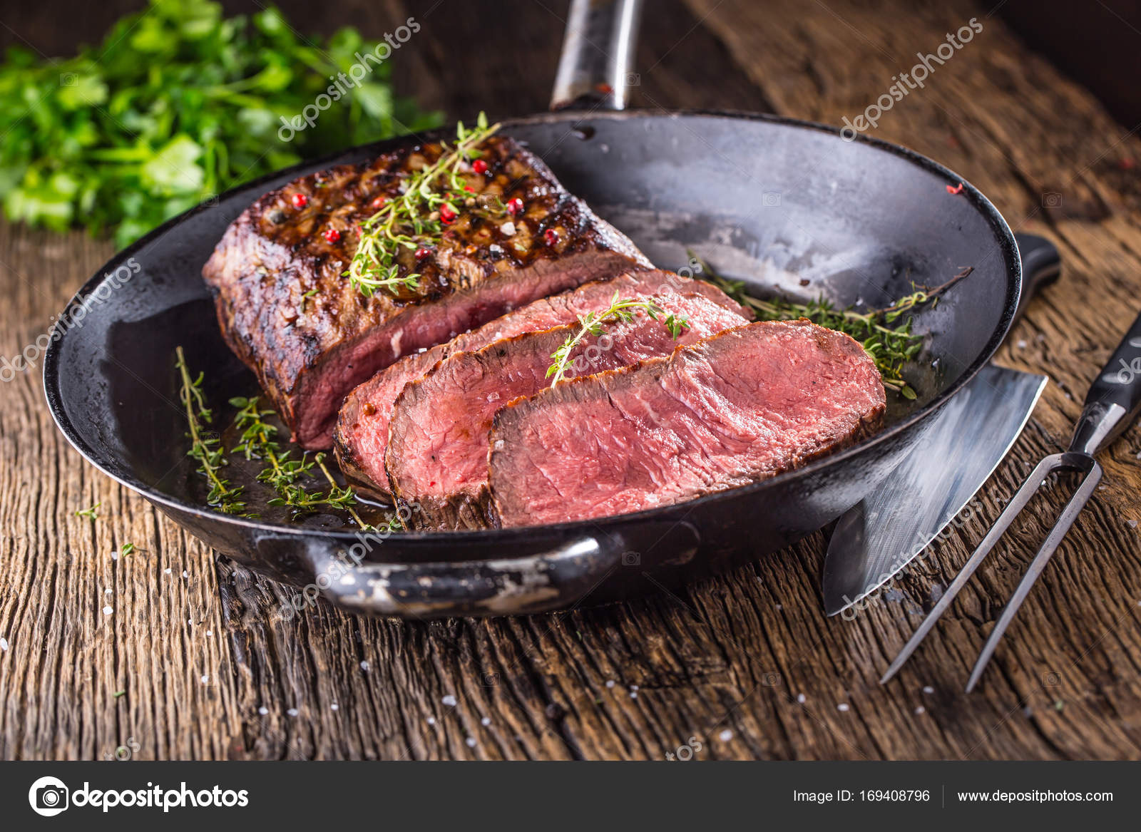 Смотреть Стейк из говядины на сковороде видео