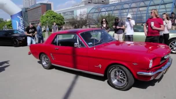 Mustang bouráku tahem dozadu. Výkon motoru hlasité