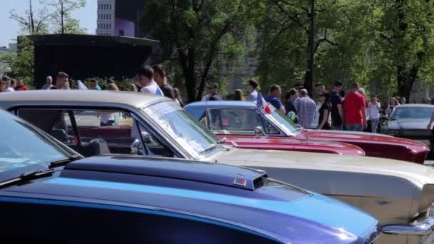 Podívejte se na kapuce staré Ford Mustang