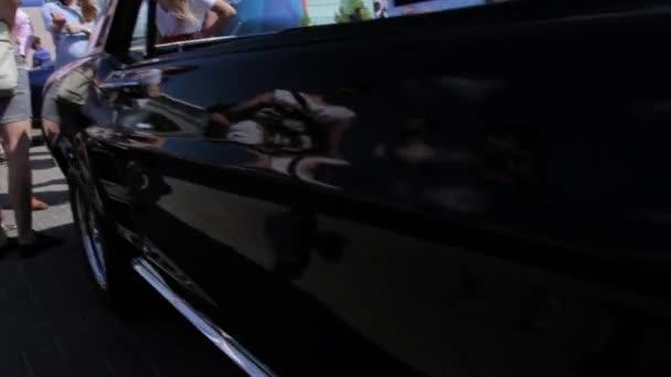 Zblízka pohled loga na dveřích staré Ford Mustang