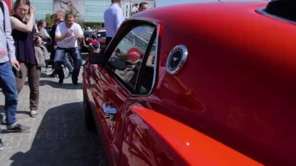Straně blízko se svalové automobilů. Červený Ford Mustang