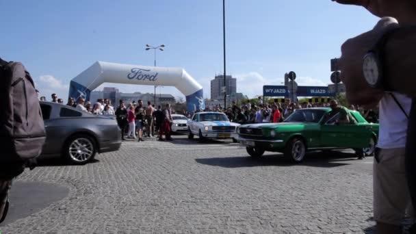 Lidé pomáhající Pull rozbité Ford Mustang