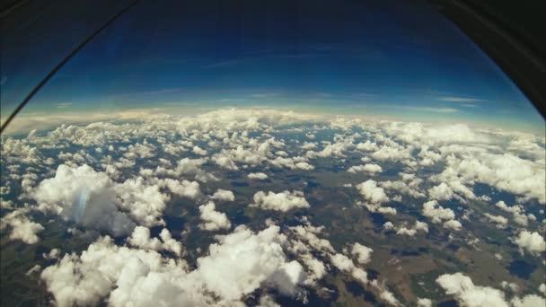 pohled na mraky let z kokpitu