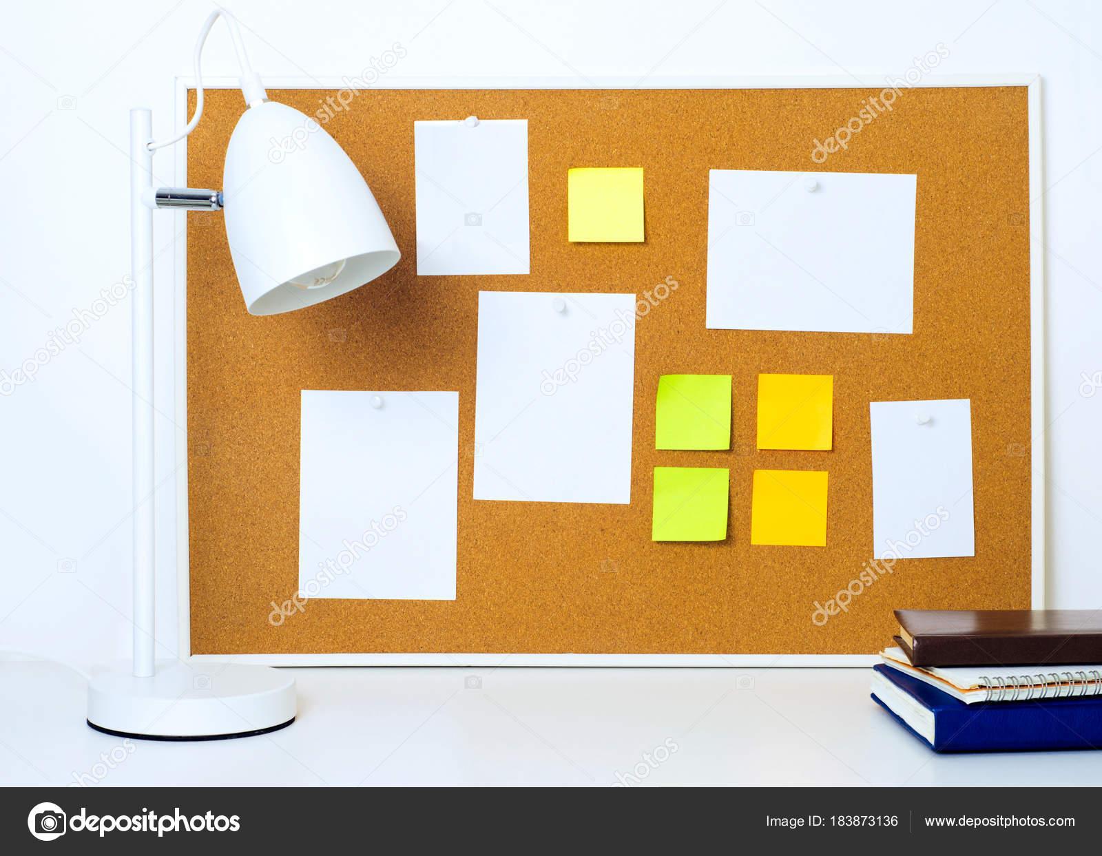Enmarcado corcho tablón con varias notas de papel y pegatinas ...