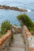 Fotografie staré schody a krásných scenérií s kameny v Riomaggiore, Itálie