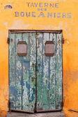 geschlossene Tür der Taverne des boucaniers. goree-senegal. 1727