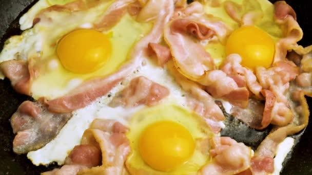 szalonna és tojás egy serpenyőben