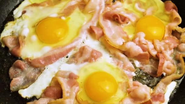 szalonna és tojás sóval megszórt serpenyőben