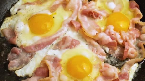 szalonna tojással serpenyőben