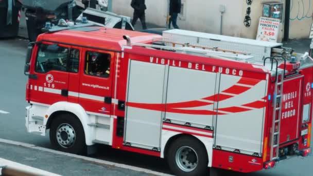 Róma, RM, Olaszország. Március - 03. 2020. vörös tűzoltókocsi és olasz tűzoltók egyenruhával a tűz előkészítése során. A Vigili del fuoco szöveg olasz tűzoltókat jelent.