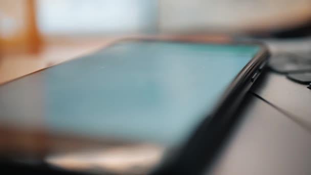 surfování na internetu, na vašem tabletu. Online surfování na sociálních sítích. Komunikace s přáteli pomocí chytrého telefonu. Sociální média