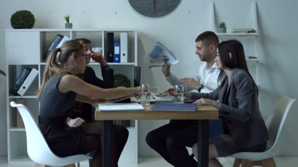 Emocionální podnikatelé tvrdí na schůzce v kanceláři