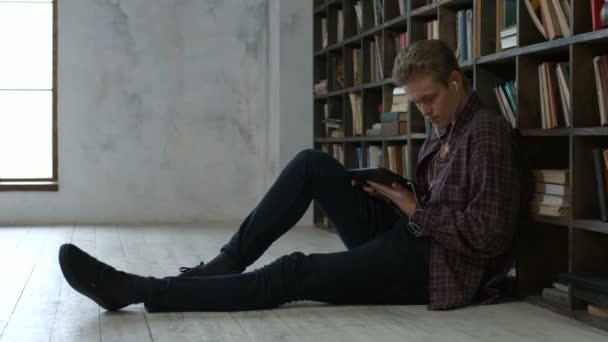 Mužské žákovských e učení s počítačem tablet pc v knihovně