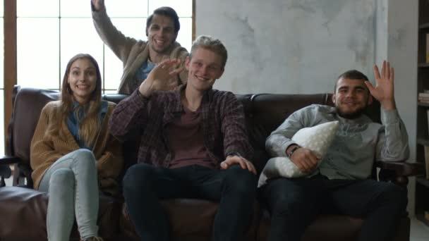 Portrét mladé nejlepší přátelé sedí na gauči