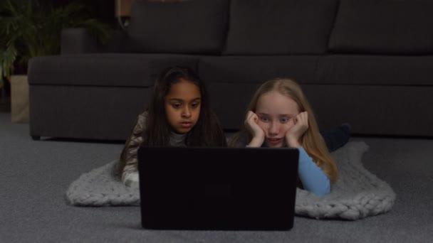 Radostné dívky sledoval komediální show online na laptop