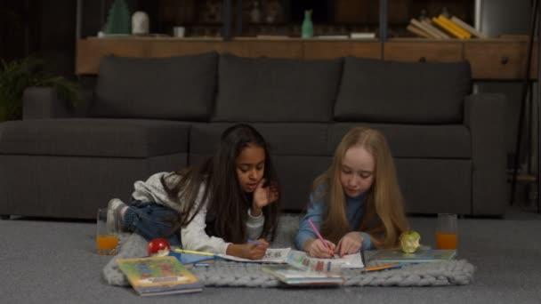 Roztomilé holčičky malovat omalovánky se značkami