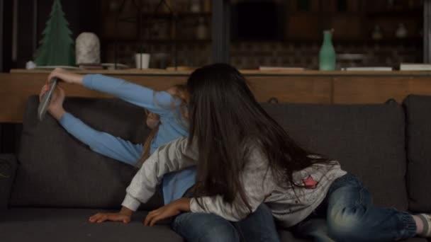Malá přítelkyně bojuje o Tv dálkové ovládání