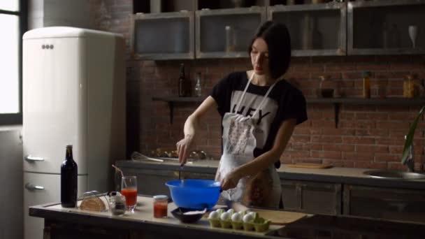 Frau, Teig vorbereiten und schlagen, Mehl und Eiern