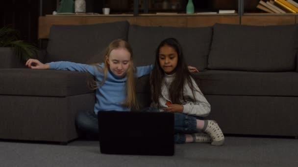 Školní dívky studují na lince s notebookem doma