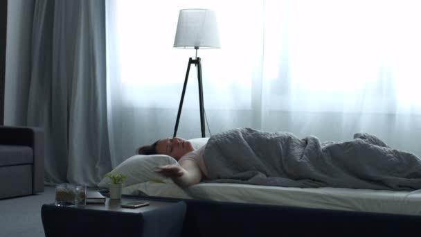 Dospělé ženy probuzení s mobilní budík
