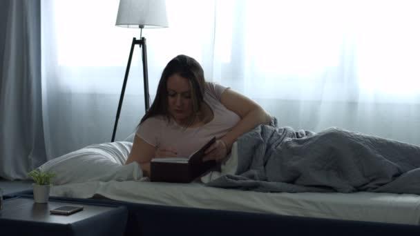 Žena které agendy na osobní organizér v posteli