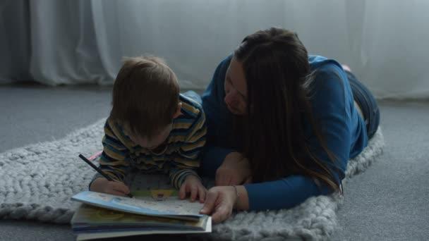 Starostlivá máma pomáhá syn výkres v omalovánky
