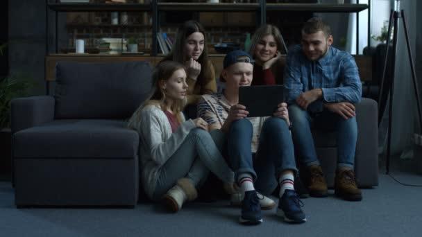 Skupina přátel, sledování mediálního obsahu na tabletu