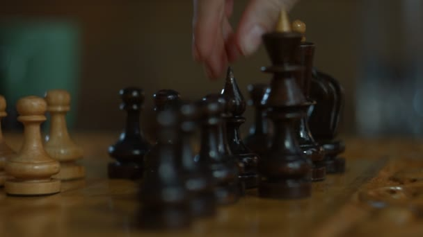 Ženská ruka hraje šachy a tah