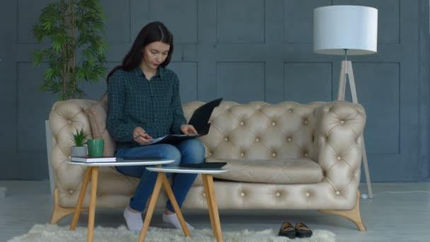 Koncentrovaná žena výpočtu kusovníku doma
