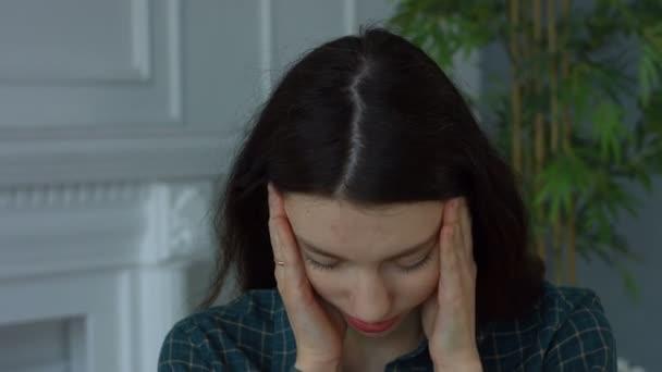 Žena masáže spáncích zmírnit bolest hlavy doma