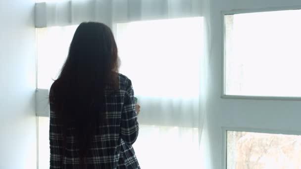 Skvělá žena, pití kávy a při pohledu z okna