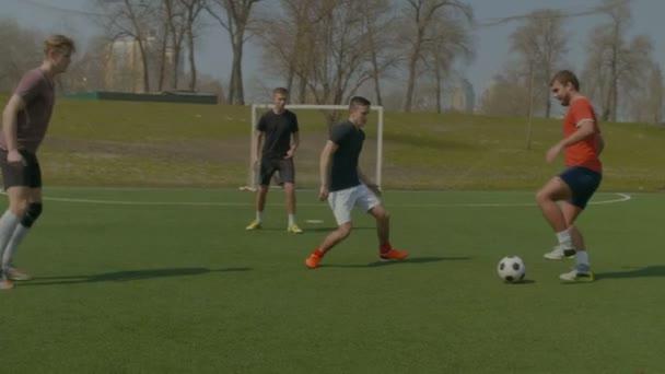 Képzés a focipálya, tavasszal labdarúgó-játékosok