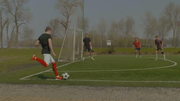 Mladý fotbalista provedení rohový kop