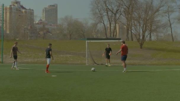 Mladí fotbalisté trénovat fotbal na hřišti