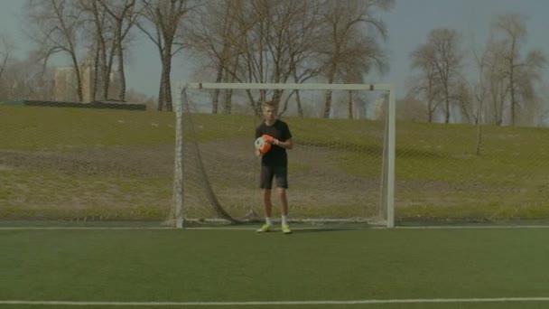 Fiatal futballista ünnepli a cél a pályán