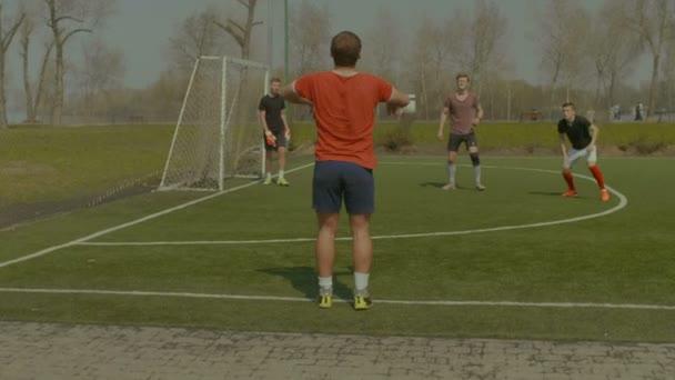 Fotbalista házení míče do na hřiště