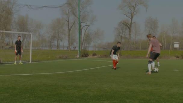 Sportliche Jugendliche spielen street-Soccer in der Tonhöhe