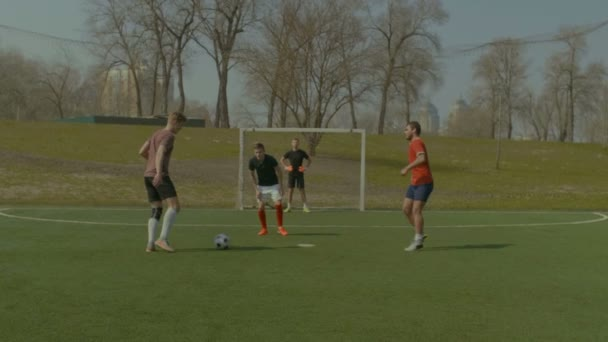 Mladý fotbalista bodování cíl během zápasu