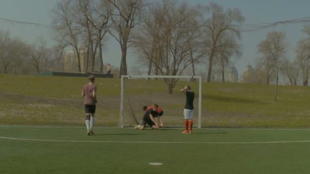 Útočník slaví gól při fotbalovém utkání