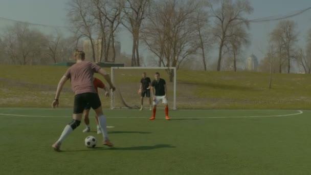 Mladý fotbalista driblování při fotbalovém utkání