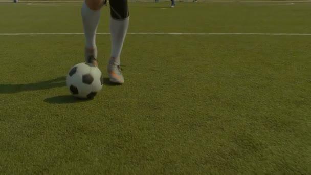 Fotbalový hráč driblování a kontroly míč během zápasu