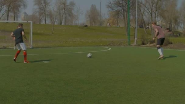 Mladý fotbalista, Střelba na branku během tréninku