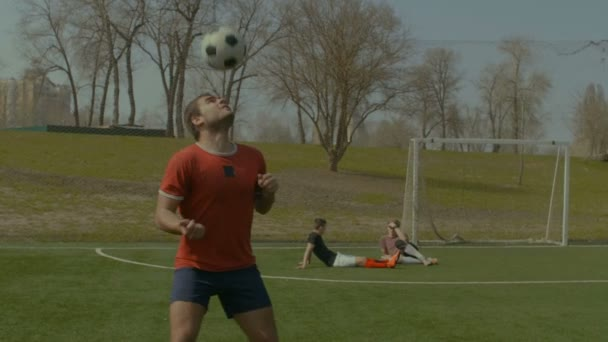 Mladý fotbalista nadpis fotbalový míč na hřišti
