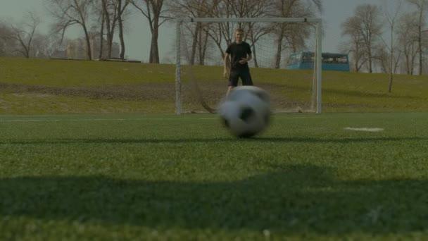 Běžící fotbalistů v akci během zápasu